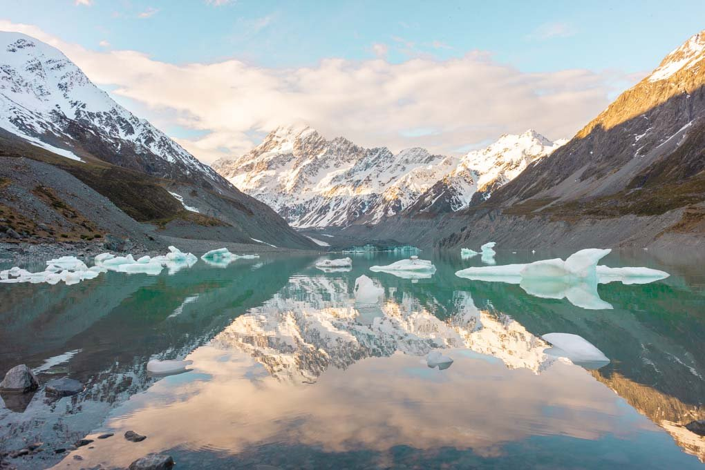 A view of the Hooker Lake at the end of the Hooker Valley Track