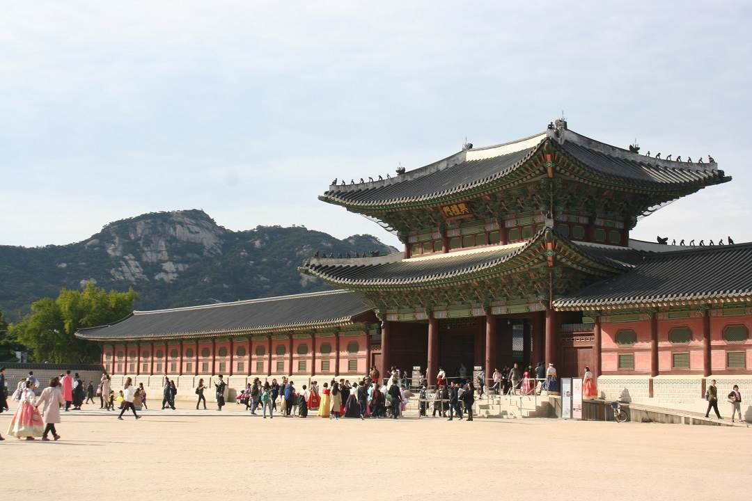 Gyeongbokgung Palace i son eof the places you MUST visit if you only have 24 hours in Seoul