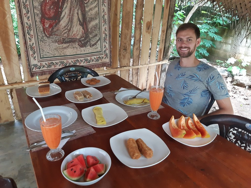 daniel eating sri lankan food in haputale