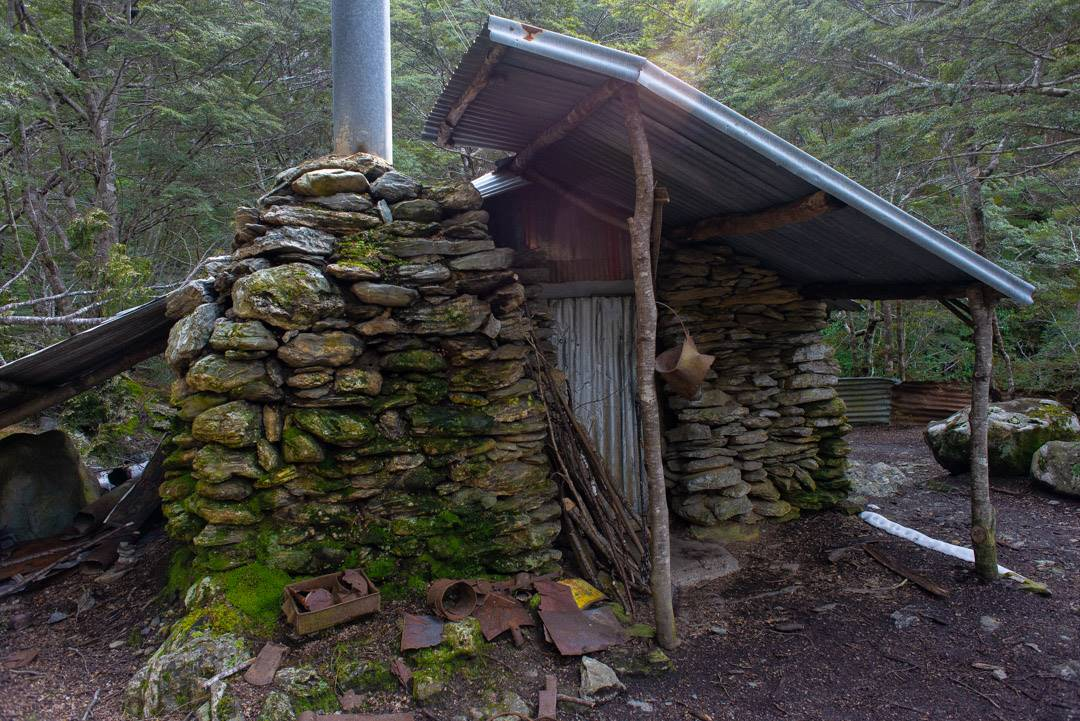 the sam summers hut is one of the free huts you can stay in near queenstown
