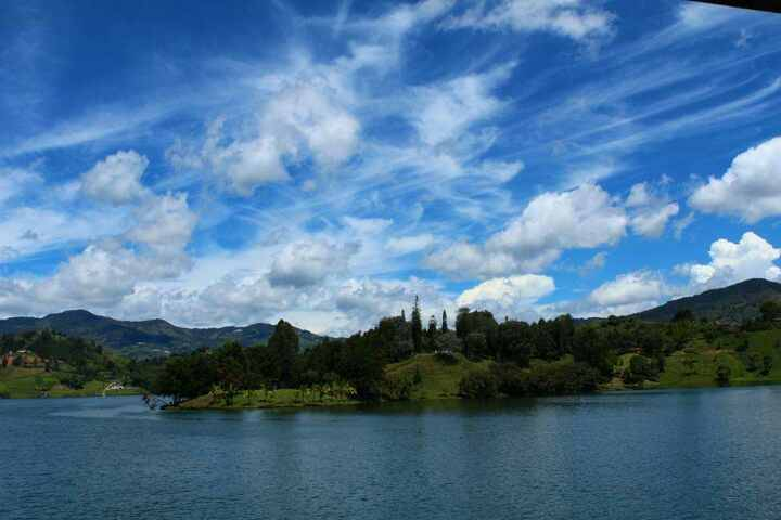 what to do in Guatape? Relax on a boat cruise!