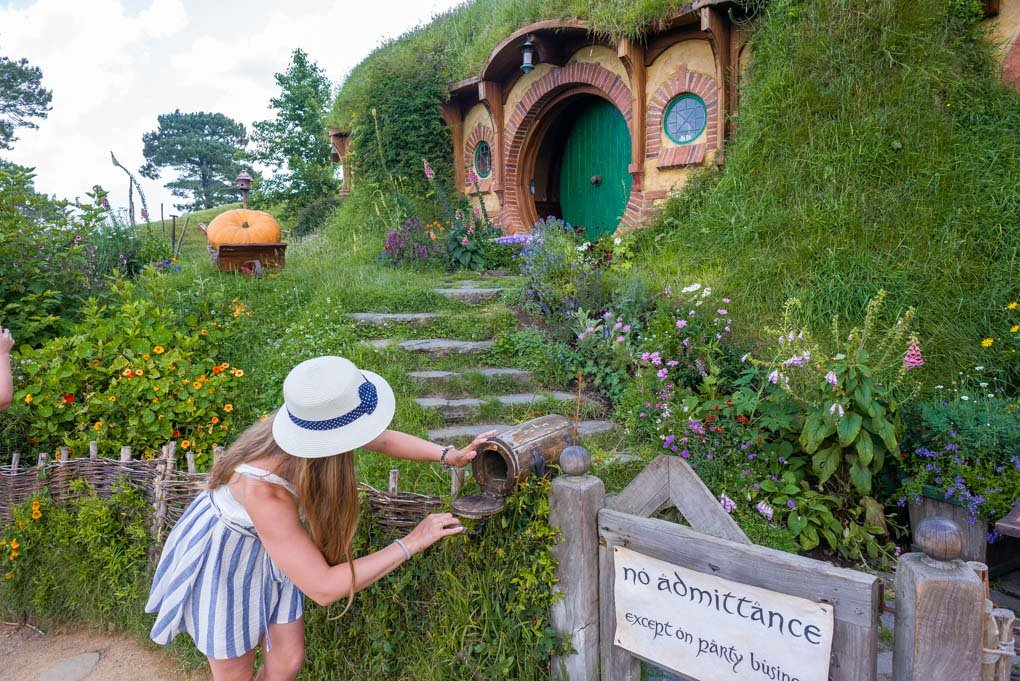 Checking the mail at Frodos house at Hobbiton