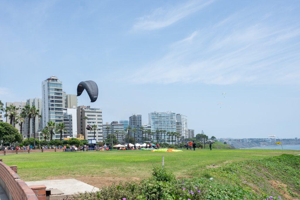 Paraglider lands in Miraflores, Lima