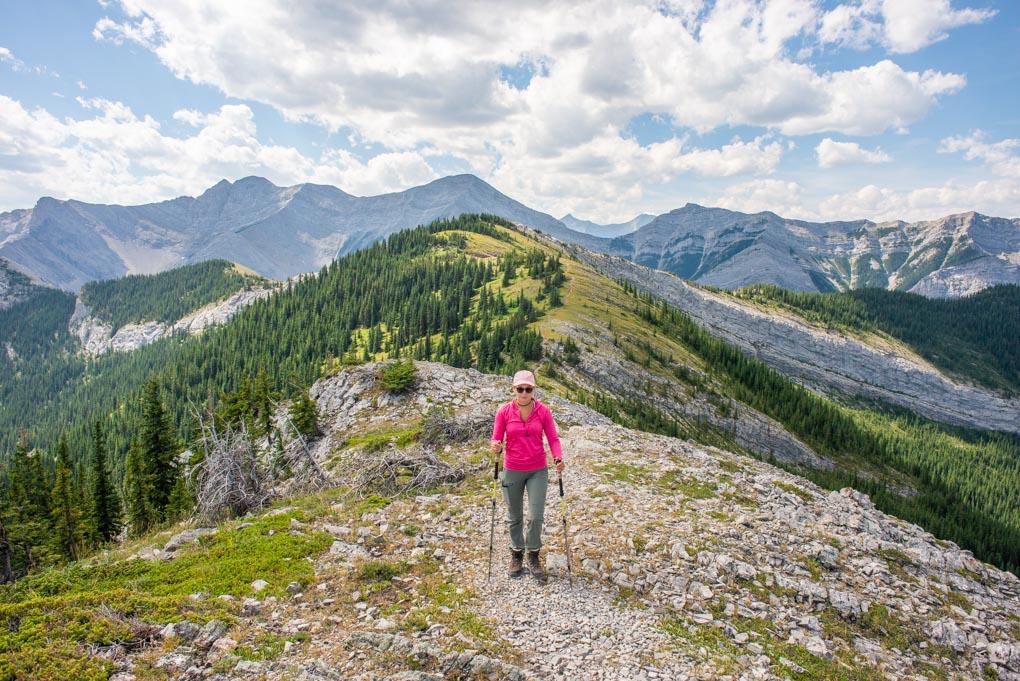 Hiking along the ridgeline on Heart Mountain Horseshoe Loop