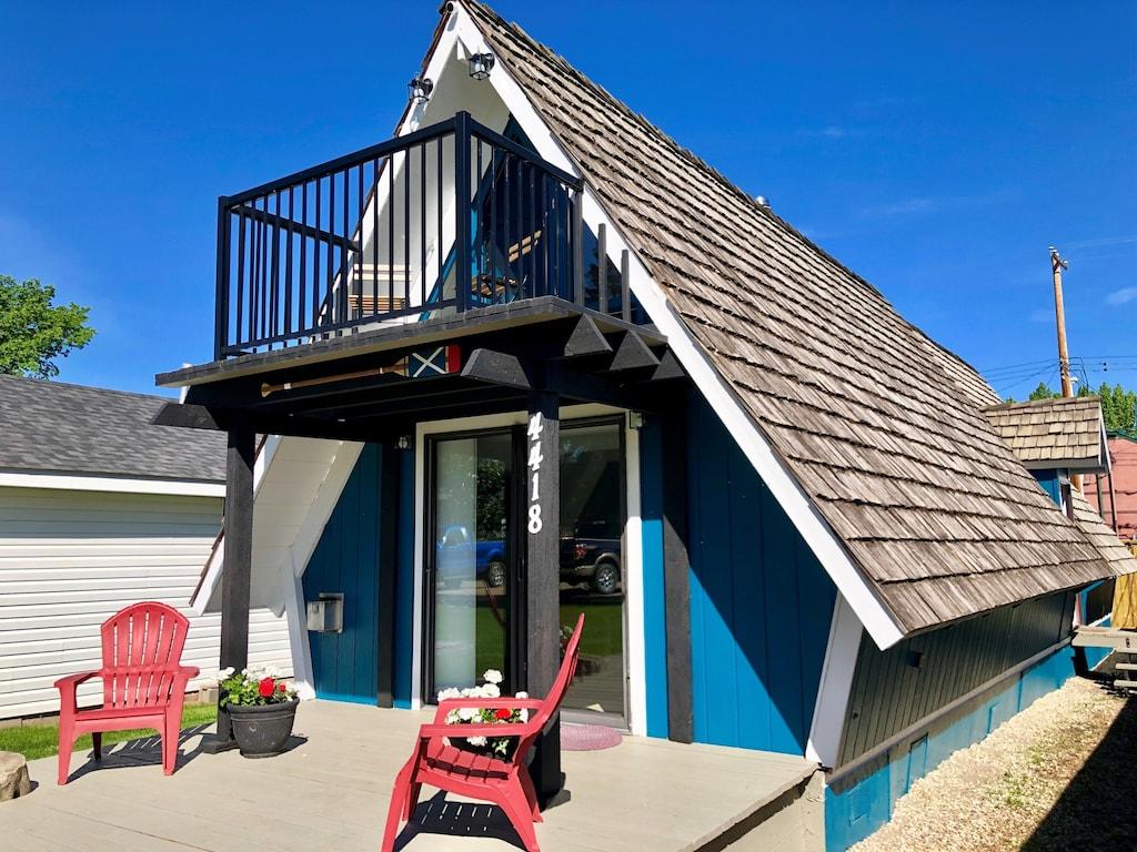 a ciute holiday home you can stay in at Sylvan Lake, Alberta