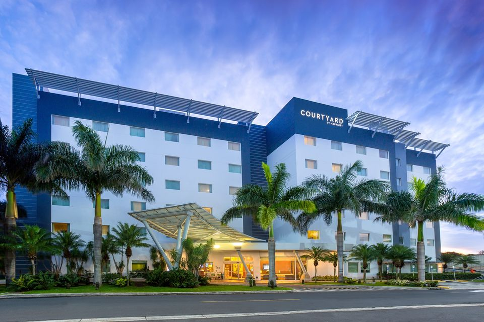the outside of the Courtyard by Mariott Hotel near the airport in San Jose, Costa Rica