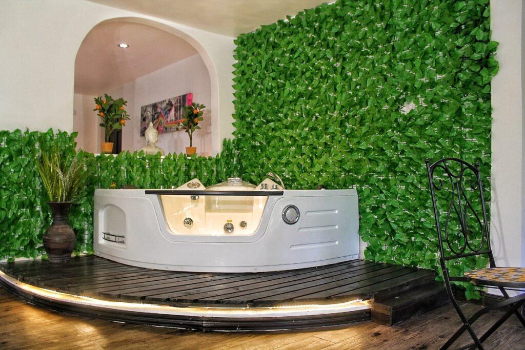 a room with a jaccuzi in Casa Vistas del Conde hotel in San Jose, Costa Rica